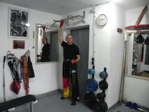 Kickboxen Norbert Hoechner Klimmzugstange