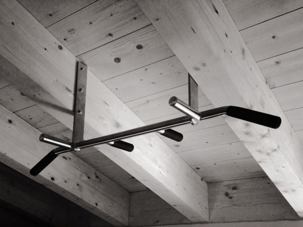 Klimmzugstange an Holzbalken - Dachstuhl Sparren